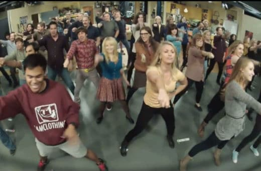 The cast of The Big Bang Theory surprised the audience during a live taping of Nov. 15's episode with a flash mob.